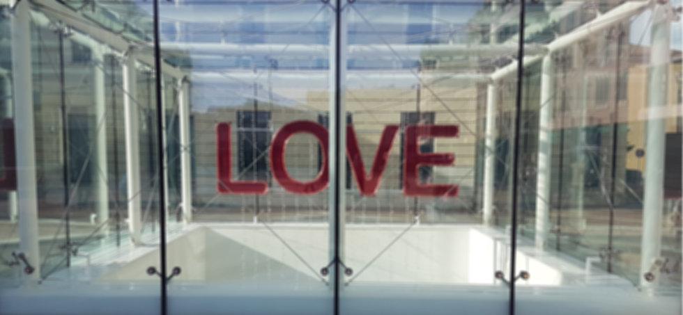 Installazione pop del visual artist Luca Pannoli in Piazza Risorgimento