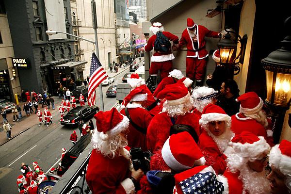 """""""Сантапокалипс"""" в Нью-Йорке: вечеринка Санта-Клаусов закончилась уличной дракой."""