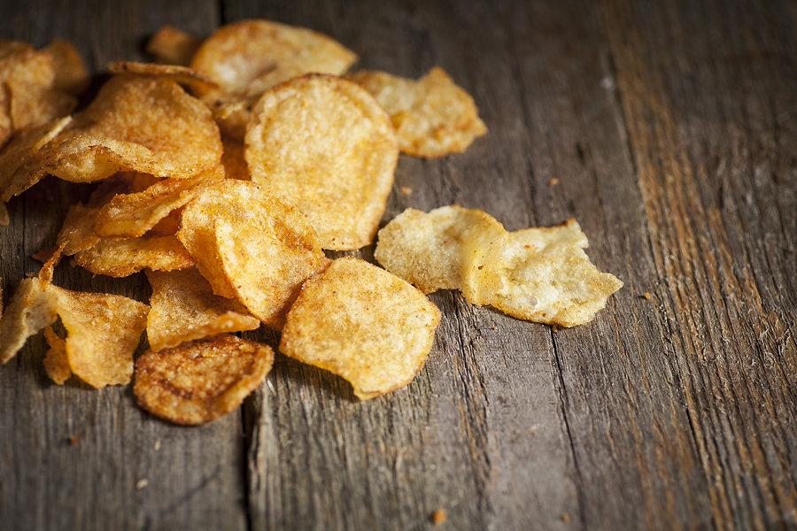 Potato kettle chips/crisps scattered on