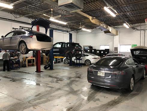 voitures électriques dans un garage à Montréal