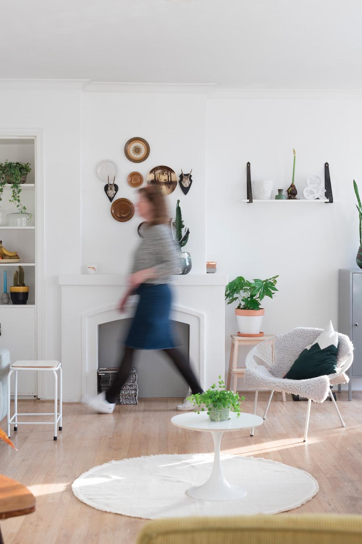 Wandborden: vintage, Plankje aan de muur: DIY, bergkussen: Sloppop, krukje: Xenos, wit rond tafeltje, Marktplaats, rond kleed: Kwantum