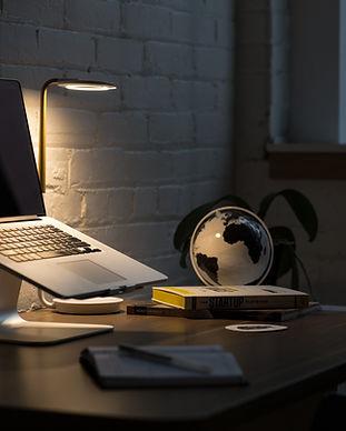 apple-computer-desk-374857.jpg