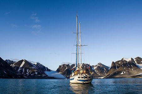 Svalbard-ski&sail.jpg