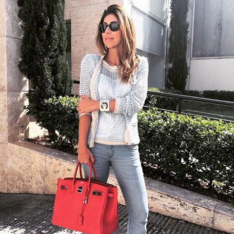 A estilista Carol Bassi, usando o primeiro modelo de casaquete lançado.