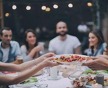 夕食を食べる友達