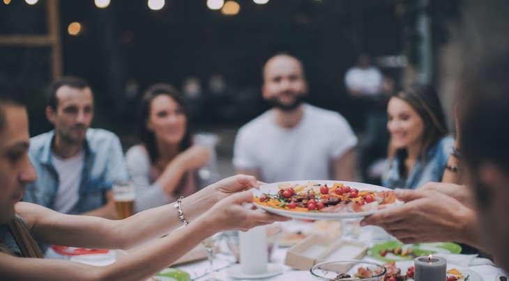 Amici mangiare la cena