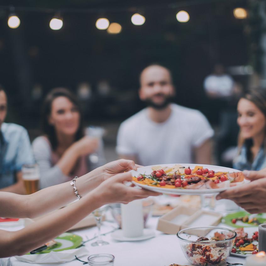 Venner spiser middag