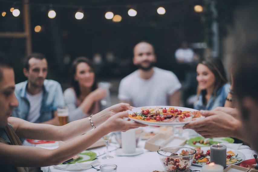 Amigos que comen la cena