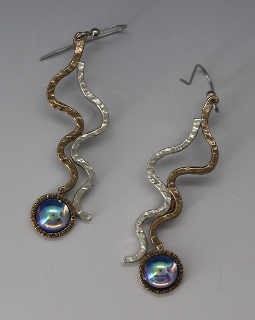 Wiggle earrings with glass stone