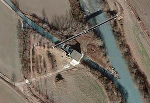 Veduta aerea dell'impianto. Si distinguono la presa della bealera Cossola, il bacino di carico ed il sistema di scarico.