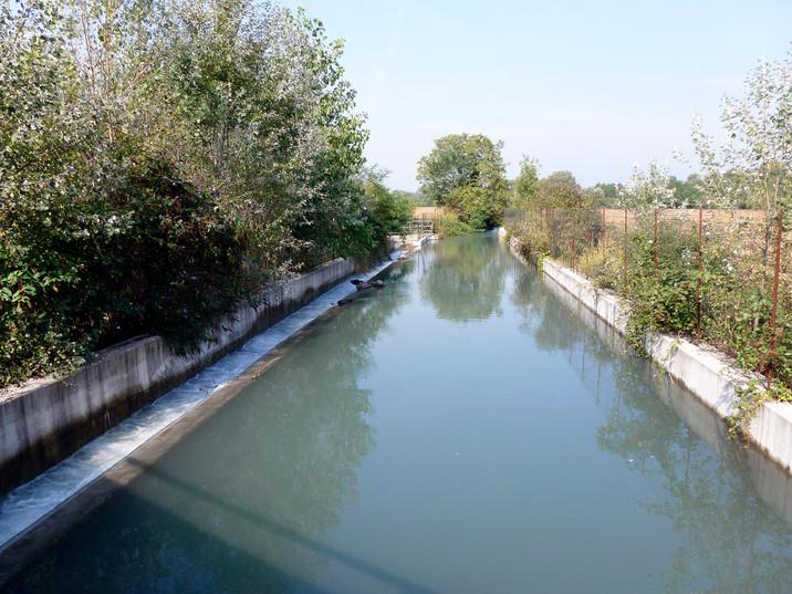Bacino di carico della centrale. Si osservi lo sfioramento automatico nel canale scaricatore laterale dell'acqua in eccesso.