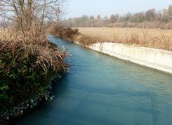 L'imbocco della Cossola si stacca alla destra del canale che alimenta la centrale idroelettrica a monte del bacino di carico