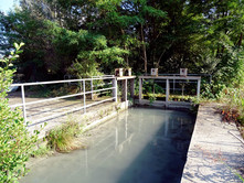 Due paratoie mobili regolano la quantità d'acqua che entra nella bealera. Sulla sinistra altre due paratoie controllano lo scaricatore