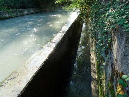 Lo scaricatore della Cossola fiancheggia il bacino di carico, il quale all'occorrenza vi versa per sfioramento l'eccedenza d'acqua