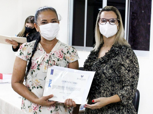 Cerimônia inaugural de entregas de certificados em grupos de alunos