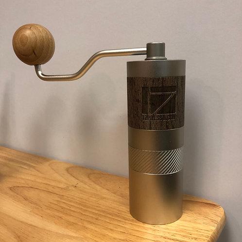 1Zpresso 手搖磨豆機Q2系列 貼皮機身設計 雙軸承內調式 不鏽鋼刀盤 出粉均勻
