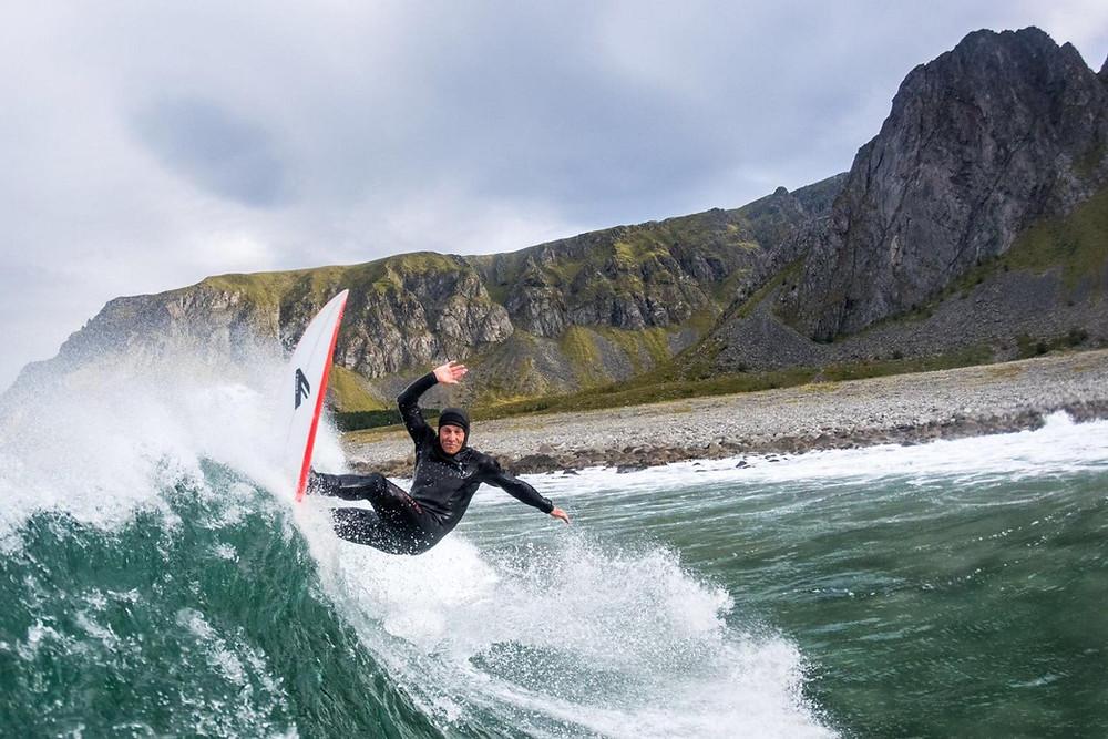 Lofoten, Shannon Ainslie, Boretunet, surfeskole, surfschool, surfschool.no, jæren,Shannon surfer selv bra i en tykk våtdrakt, det er greit å vite når en skal ta råd fra en trener