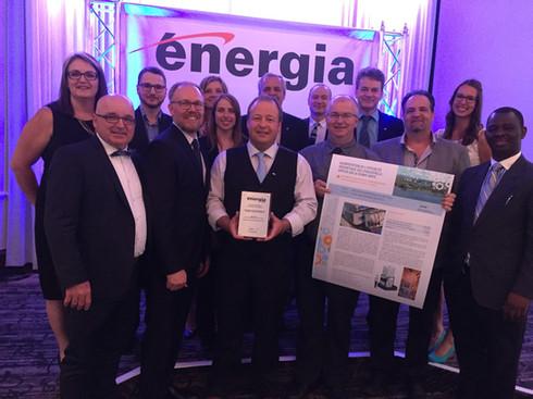 Les équipes de TGWT et Cascades qui célèbrent le prix d'efficacité énergétique Énergia