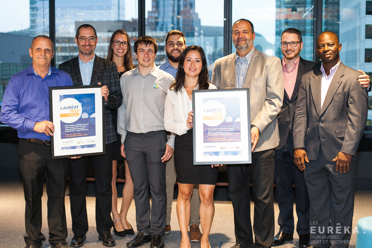 Teams from CHUS Fleurimont and TGWT celebrating the Eureka Award from Ecotech Québec