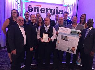 Les équipes de Cascades et de TGWT qui célèbrent le prix d'efficacité énergétique Énergia