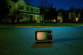 ストリートに古いテレビ