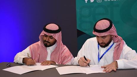 صور من بعض الاتفاقيات التي تمت خلال معرض