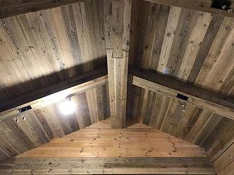 Внутрення отделка крыши из амбарной доск