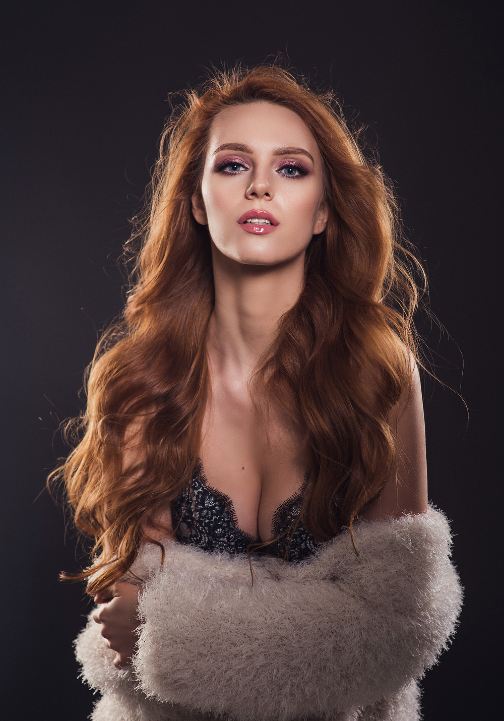 Портрет красивой девушки в студии
