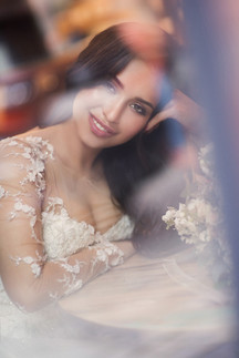 Красивый портрет невесты с букетом. Свадебная фотосессия для двоих в лофт квартале в Москве. Фотограф Наталия Мужецкая