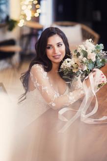 Портрет красивой невесты с букетом. Свадебная фотосессия для двоих в лофт квартале. Фотограф Наталия Мужецкая