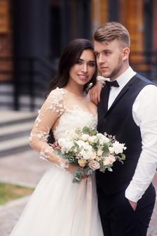 Портрет невесты и жениха на улице. Свадебная фотосессия для двоих в лофт квартале в Москве. Фотограф Наталия Мужецкая