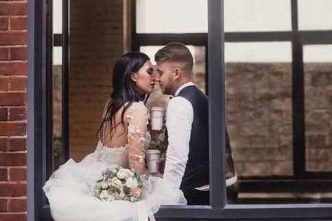 Невеста и жених пьют кофе на окне. Свадебная фотосессия для двоих в лофт квартале. Фотограф Наталия Мужецкая