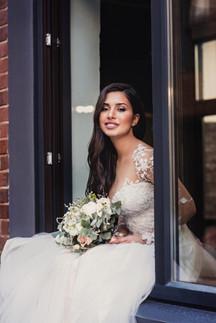 Невеста в ожидании жениха на окне. Свадебная фотосессия для двоих в лофт квартале. Фотограф Наталия Мужецкая