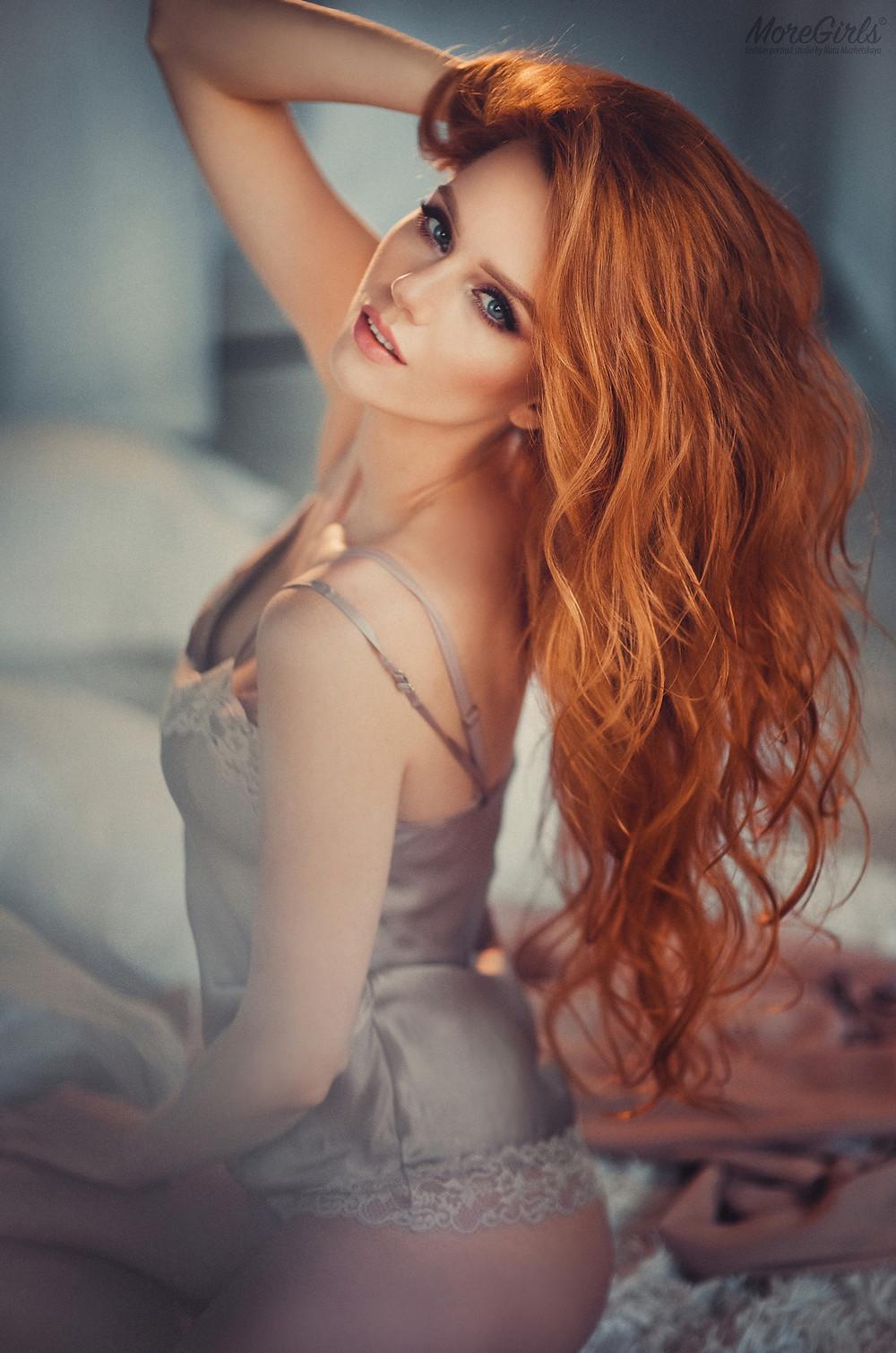 Портрет рыжеволосой девушки в белье в студии
