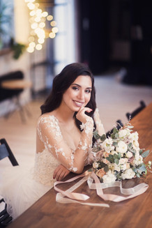 Утро невесты, портрет красивой невесты с букетом. Свадебная фотосессия для двоих в лофт квартале. Фотограф Наталия Мужецкая