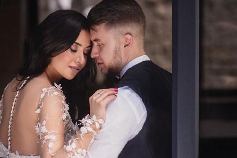 Красивый портрет жениха и невесты. Свадебная фотосессия для двоих в лофт квартале в Москве. Фотограф Наталия Мужецкая