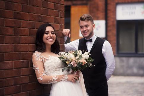 Красивый портрет невесты и жениха. Свадебная фотосессия для двоих в лофт квартале в Москве. Фотограф Наталия Мужецкая