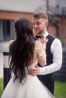 Невеста поправляет жениху бабочку на фото. Свадебная фотосессия для двоих в лофт квартале в Москве. Фотограф Наталия Мужецкая