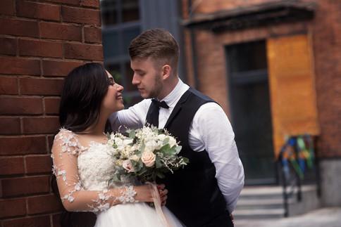 Портрет жениха и невесты с букетом. Свадебная фотосессия для двоих в лофт квартале в Москве. Фотограф Наталия Мужецкая