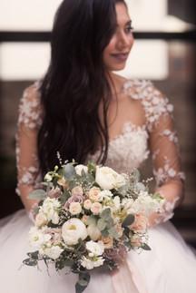 Невеста с букетом. Свадебная фотосессия для двоих в лофт квартале. Фотограф Наталия Мужецкая