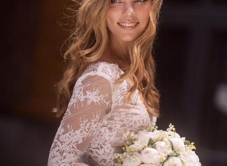 Фотосессия невесты в платье c букетом из белых пионов