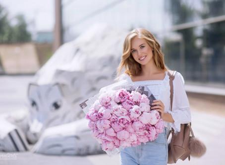 Фотосессия для девушки с пионами в Москве
