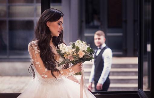 Невеста в ожидании жениха. Свадебная фотосессия для двоих в лофт квартале. Фотограф Наталия Мужецкая