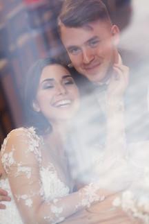 Портрет жениха и невесты в кафе через стекло. Свадебная фотосессия для двоих в лофт квартале в Москве. Фотограф Наталия Мужецкая