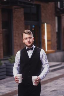 Портрет жениха, котрый несет кофе. Свадебная фотосессия для двоих в лофт квартале. Фотограф Наталия Мужецкая
