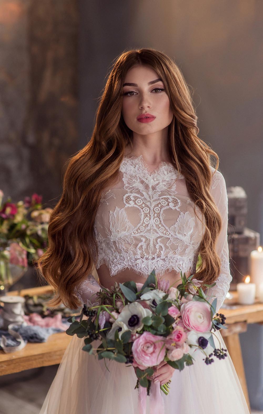 Портрет невесты с букетом в лофте с декором