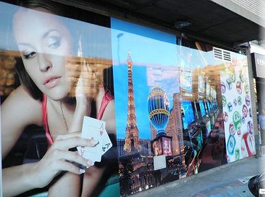 Decoración de escaparate para negocio en Zaragoza. Trabajamos a nivel nacional