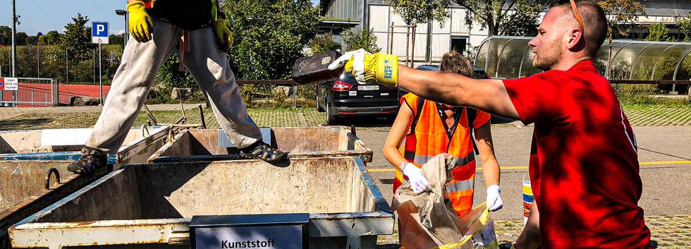 Helfende trennen den Müll fachgerecht