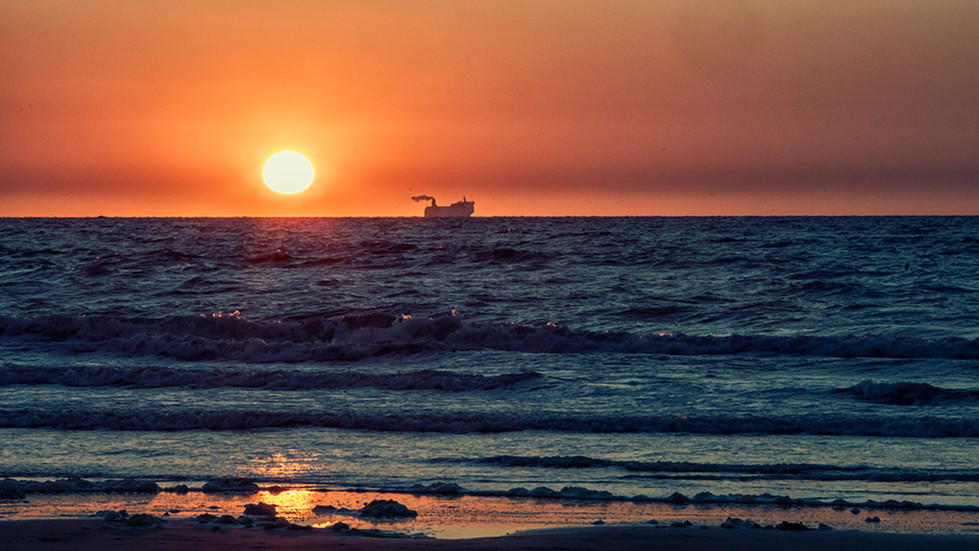Zonsondergang met schip wv.jpg