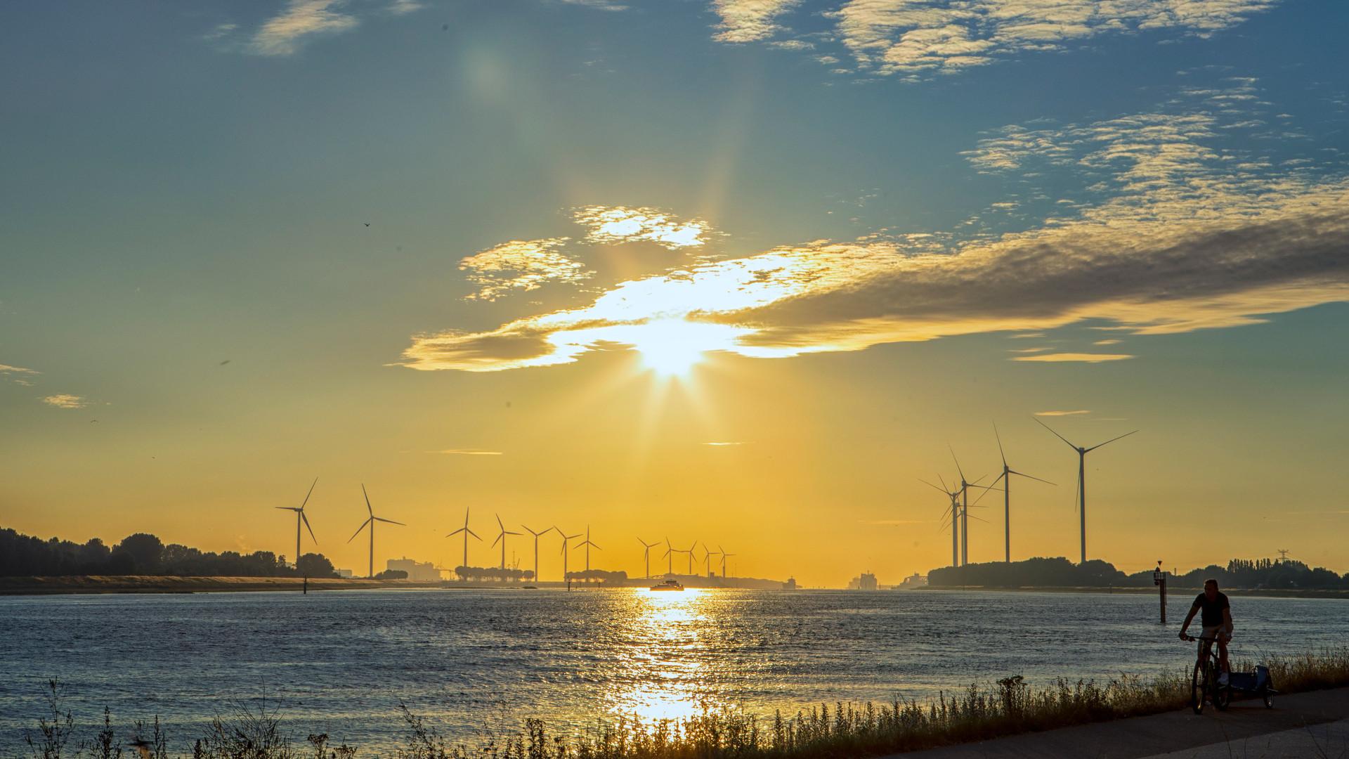 Zonsondergang met schip en fietser.jpg